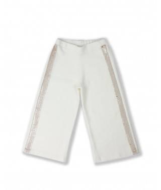 Pantalón blanco sobre fondo blanco