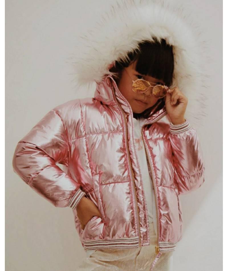 composición niña con abrigo rosa