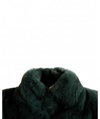 Detalle abrigo verde de pelo sobre fondo blanco.