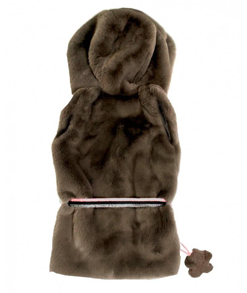 Chaleco marrón de pelo sobre fondo blanco