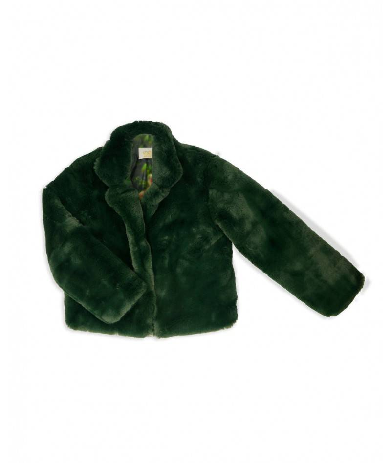Abrigo verde de pelo sobre fondo blanco.